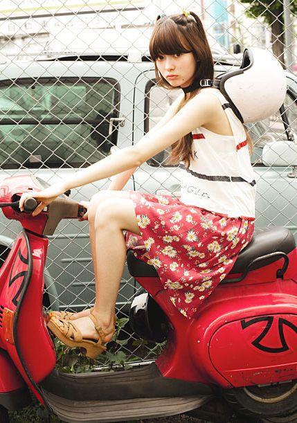 赤いスクーターと八木アリサ