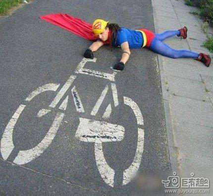 尼玛,超人骑自行车也挺有范儿!(图)
